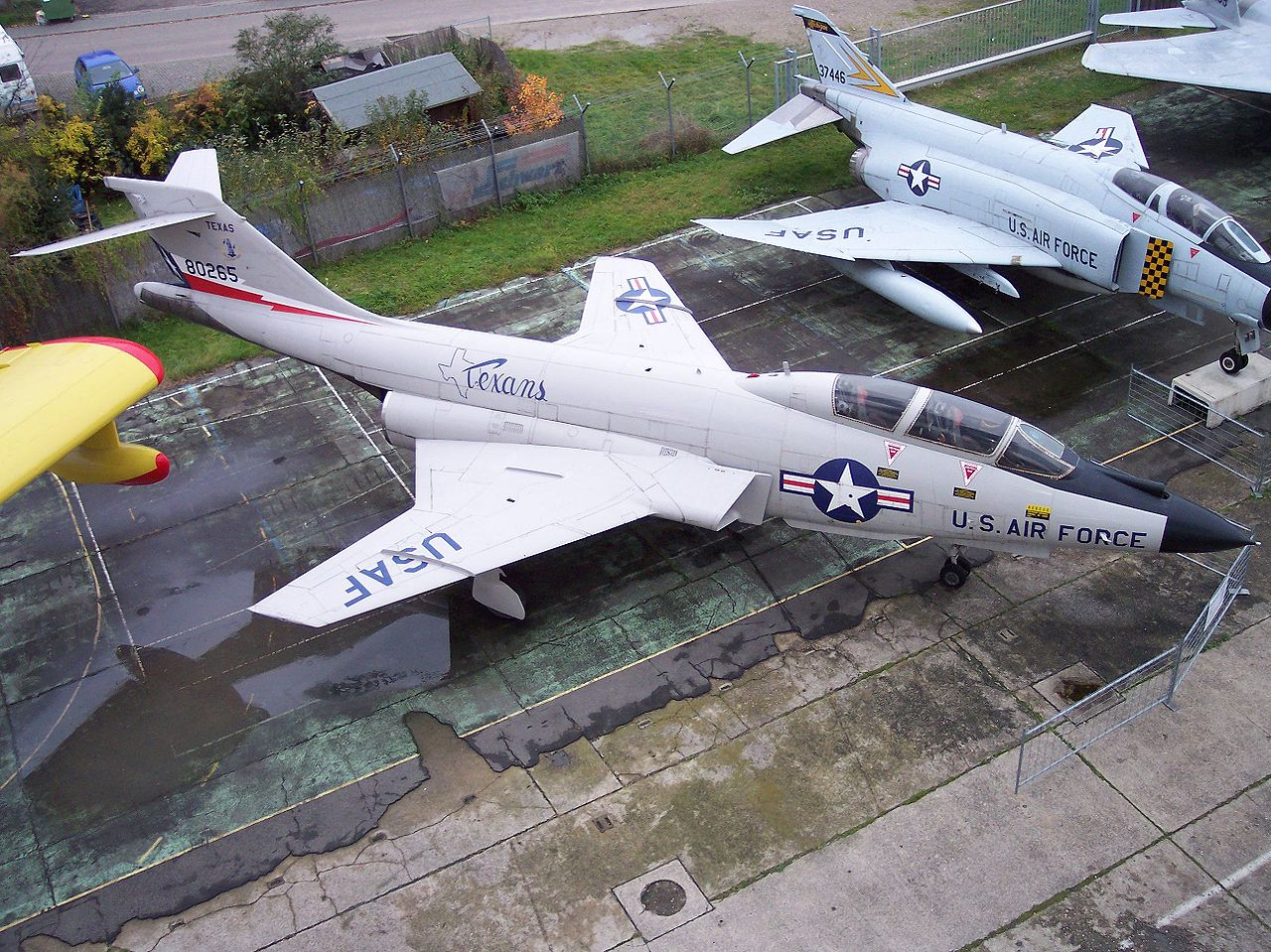 1280px-McDonnell_F-101_Voodoo_high.jpg